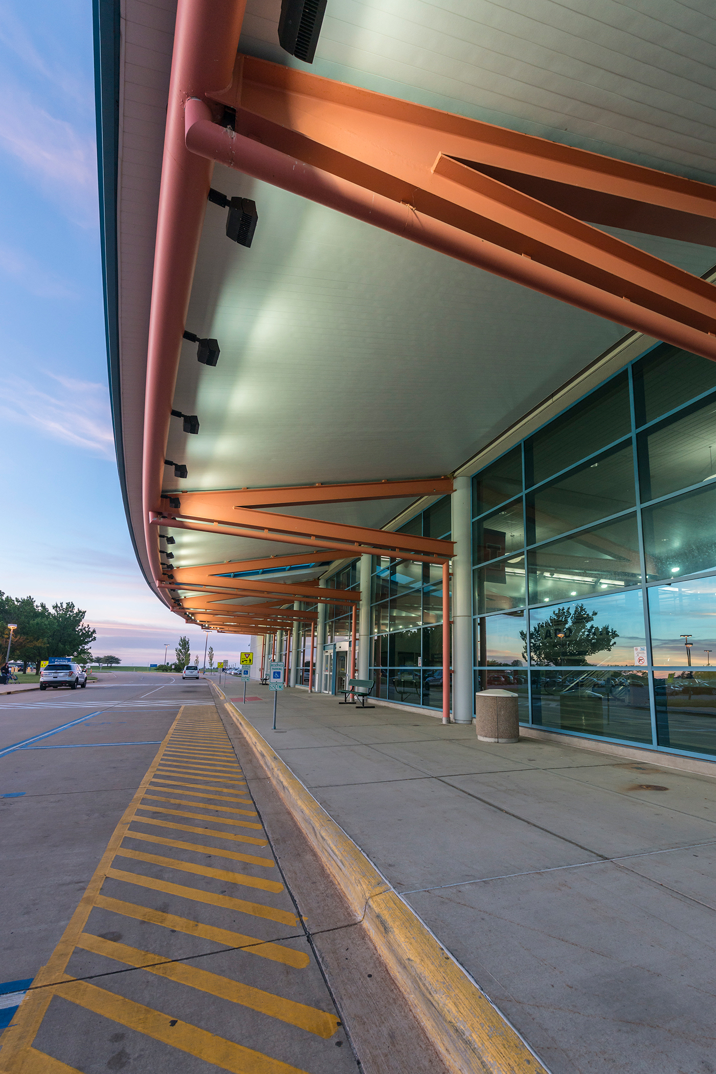 drop-off front entry at Willard Airport